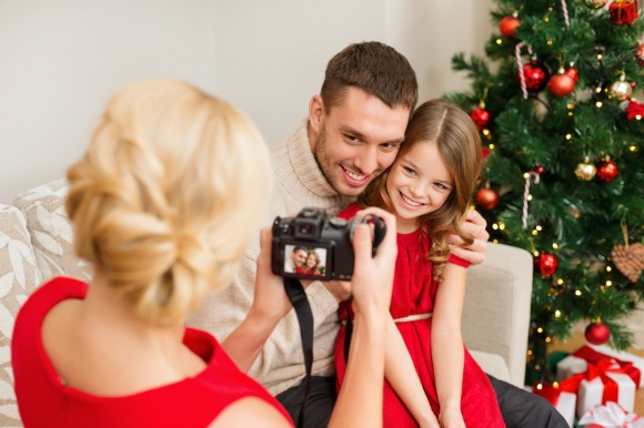 How can you snap the absolute best photos you'll want to treasure for years to come? Follow these 10 family holiday photo ideas from ClickinMoms.com to try.