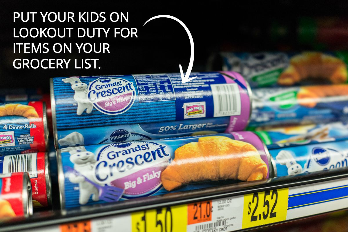 Tips to involve your kids in grocery shopping and lunch-planning. PLUS! Free printable grocery list of school lunch items your kiddos will love.